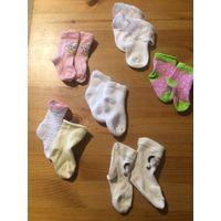 Носочки, пинетки и шапочка в подарок на 3-6 месяцев. Пять пар носочков, шапочка хорпок, пинетки с Микии (длина стелки 10 см), еще одни носочки непарные. Все одним лотом.