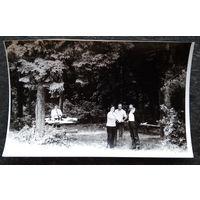 Фото композитора Игоря Лученка с друзьями на пикнике. 5 фото. 11х17 см. Цена за все.