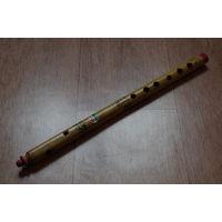 Поперечная индийская флейта - экзотические музыкальные инструменты. Деревянная дудочка с открытым способом звукоизвлечения