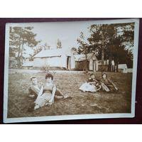 Фото в палаточном лагере. 1950-е. 9х12 см