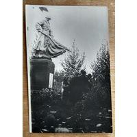 """Фото партизан бригады """"Разгром"""" у памятника воинам -партизанам в Смолевичском районе. 1967 г. 9х14 см."""