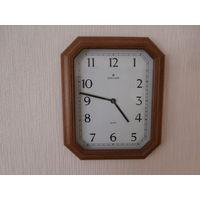 Часы настенные кварцевые деревянный корпус Junghans Германия.