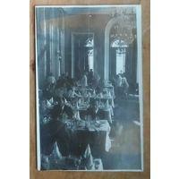 """""""В шумном зале ресторана..."""" Фото 1950-х. 9х14 см."""