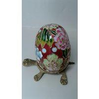 Яйцо в стиле клаузоне на подставке в виде черепахи.