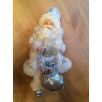Очаровательный Дед Мороз, новый. Белого цвета. Очень классный). Высота 22 см