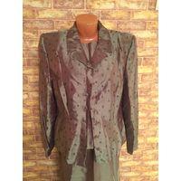 Красивый нарядный костюм тройка на 50 размер. Качественная ткань зелено-болотного цвета с переливом, смотрится очень дорого и стильно.  Замеры: пиджак (длина63см, длина рукава63см, ПОгруди53см, ПОтали