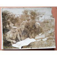 Фронтовое фото. Командование 235 стрелковой дивизии обсуждает план боевой операции. Витебская обл. Июнь 1944 г. 9х11 см.