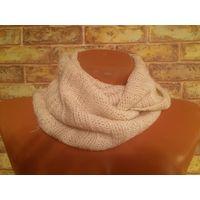 Вязанный кремово-белый шарф, можно носить как на шее, там и натягивать на голову. Ширина 23 см, ПО 44 см. Очень теплый.