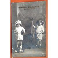 Старинная импортная открытка. Детский музыкальный дуэт. Подписана.