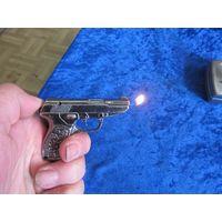 Маленький пистолет-зажигалка.