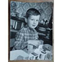 Фото мальчика с игрушками. 1960-е. 13х18 см.