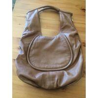 Итальянская сумка Fraancesco Biasia из натуральной кожиСумка б/у не очень долго, состояние хорошее.  Размер сумки с учетом ручки 55 на 40 см. Оригинальная модель, можно носить на плече, можно на руке.