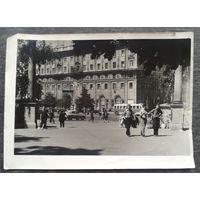 Минск. Вход в сквер на Центральной площади. Конец 1950-х - начало 60-х. 13х18 см.