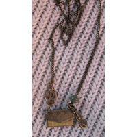 Подвеска с сумочкой и камушком-змеевиком