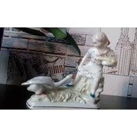 Фарфоровая статуэтка  Девочка с гусенком и гусыней МФФЗ