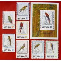 Вьетнам. Птицы. Попугаи. ( Блок и 7 марок ) 1988 года.