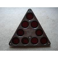 Катафот (светоотражатель) ОСВАР ФП401 красный треугольный. СССР, вторая половина прошлого века.