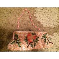 Небольшая красивенькая сумочка красиво украшена вышивкой и бусинами с бисером, очень милая и стильная, размер 26 на 10 см. Отличное состояние.