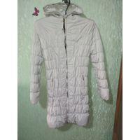 Куртка женская зимняя (46-48) , написано 50 размер , но думаю что маломерка , есть дефект смотрите фото