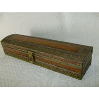 Старенькая, большая  деревянная шкатулка с латунными  накладками.
