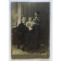 "Фото семейное ""Фото М.Кадысонъ. Петроград"". 1918г. Размер 10.5-15.3 см."