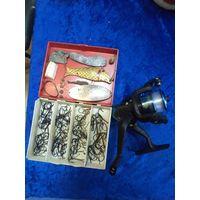 Инерционная катушка и рыболовные снасти в коробке.
