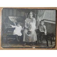 Фото женщины с детьми. Екатеринбург. До 1917 г. 10.5х14 см