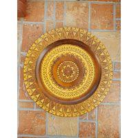 Настенная деревянная резная тарелка / диаметр 27 см