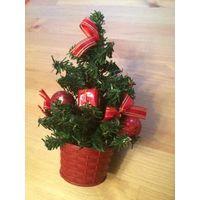 Очаровательная маленькая елочка. Высота 21 см. Отличный подарок на Новый Год.
