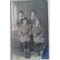Фото воспитанниц Тины Виноградовой. 1932 г. 9х14 см.  (Из фотографий семьи Виноградовых)