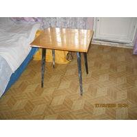 Столик  с выкручивающимися ножками