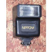 Фотовспышка NIPPON работает от 2 батареек АА