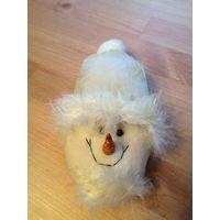 Очаровательный подарок к новому году - подвесная игрушка Снеговичек. Высота около 15 см.