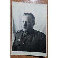 Фото майора-орденоносца. 1945 г. 7.5х11 см. Удостоверяющая подпись.