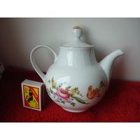 """Фарфоровый чайник-заварник """"Henneberg porzellan 1777"""" ГДР  70-года в отличном состоянии, белого цвета с позолотой, с цветочным  рисунком """"Веймарский букет""""."""