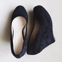 Туфли черные на танкетке из искусственной замши