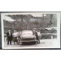 Фото с автомобилем. 1960-е. 9х14 см