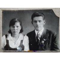 Фото юноши и девушки. Столбцы. До 1941 г. Знак ОСОАВИАХИМа. 8.5х11.5 см