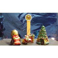 Санта возле камина. Керамическая фигурка