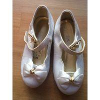 Белые европейские туфельки размер 5 с половиной(длина по подошве 14 с половиной см). Не носили, мы их пропустили. Есть дефект: немного морщатся, но смотрятся как будто так и предусмотрено.