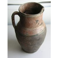 Старый глиняный кувшин для интерьера