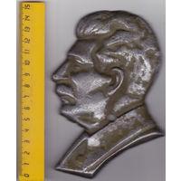 Тяжёлый металлический барельеф Сталина.