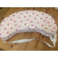 Идеальная подушка для кормления. Внутри поролон, сверху чехол из приятной мягкой ткани. Чехол легко снимается, на замке, и отлично стирается. Подушка идеальна для полной женщины, очень удобно кормить