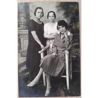 Фото трех девушек. 1920-е. 9х14 см.