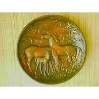 "Тарелка-панно-барельеф ""Лошади"" (металл), диаметр 32 см."