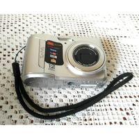 Фотоаппарат Kodak Easy Share C143 в рабочем состоянии, со шнуром и чехлом