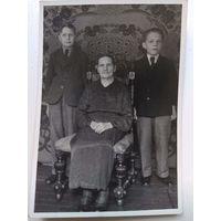 Немецкая бабушка с внуками. 1941