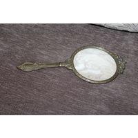 Небольшое зеркальце в латунной оправе, длина с ручкой 24 см.