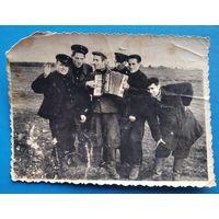 Фото из СССР. На отдыхе в поле. 8х11.5 см.