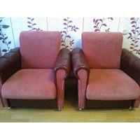 Два кресла с кожаной отделкой боковин